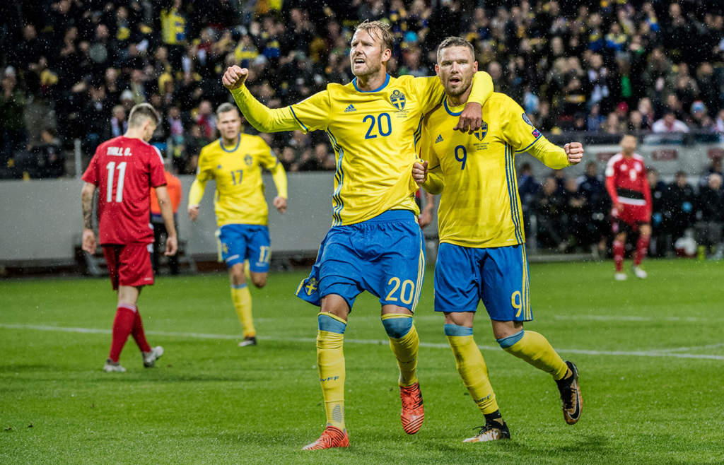 Ola Toivonen och Marcus Berg jublar efter ett av Sveriges åtta mål i utklassningssegern mot Luxemburg.